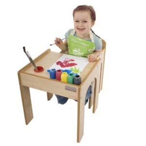 Table et chaise en bois avec porte stylos et pinceaux