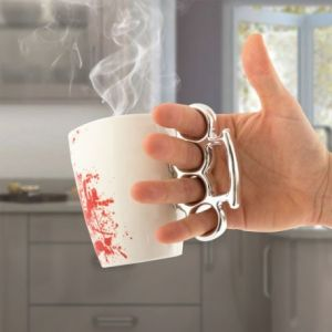 Tasse ensanglantée avec poing américain
