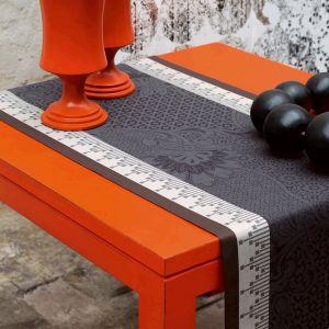 Le Jacquard Français Palais Persan - Chemin de table damassé en coton peigné fibres longues (55 x 150 cm)