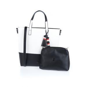 Desigual <p>Pas de doute : le noir et le blanc forment une combinaison qui marche à tous les coups. Ce maxi sac en simili cuir se divise en une partie supérieure, blanche et à lettres en relief et une base de couleur noire. <br />Dans son intérieur, doubl