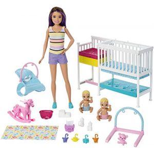 Mattel Famille coffret Chambre des jumeaux, poupée Skipper baby-sitter aux cheveux châtains, 2 figurine d'enfants et accessoires, jouet pour enfant, GFL38