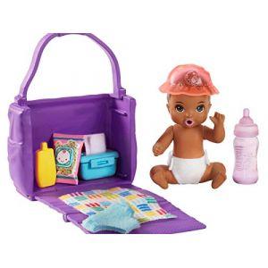 Mattel Famille Skipper baby-sitter, petite figurine bébé brun, sac à langer et accessoires, jouet pour enfant, GHV86