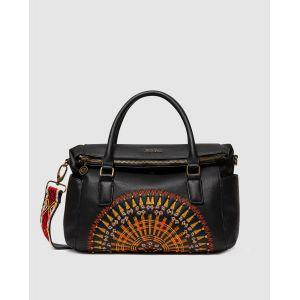 Desigual Un sac urbain aux motifs brodés d'inspiration africaine. Les couleurs chaudes de ce sac noir à rabat avec un grand mandala multicolore nous transportent dans les paysages sauvages du continent africain. Il est équipé de 4 poches extérieures : - u