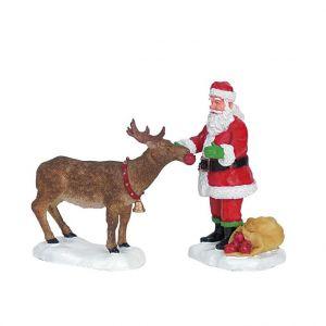 Lemax Figurine Père Noël nourrissant un renne 11 x 3.5 x 7.3 cm
