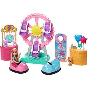 Mattel Famille Coffret Chelsea Fête Foraine, mini-poupée blonde, figurine chiot, 5 zones de jeu dont une grande roue, jouet pour enfant, GHV82
