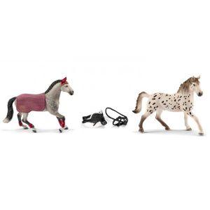 Schleich Figurines de chevaux et accessoires (etalon, jumentn, selle de saut d'obstacles + harnais)