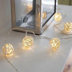 Lights4Fun Guirlande Lumineuse LED à Piles avec 16 Boules Blanc Chaud en Rotin Tressé de