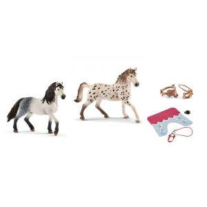 Schleich Figurines de chevaux etalon et accessoires (couverture, selle de pratique amateur + bride)