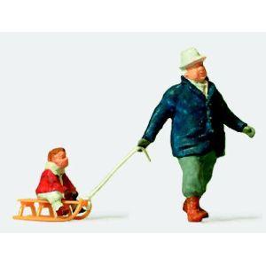 Preiser 28078 - Figurine homme tirant un enfant dans une luge - Echelle 1:87