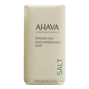 Le nettoyage de la peau de la personne dans les produits de beauté