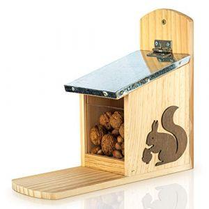 Blumfeldt Skojig Mangeoire Ecureuil Bois de Pin | Distibuteur Nourriture Ecureuil Prêt à l'Emploi – Nichoir Ecureuil 100% Étanche et Résistant aux Intempéries