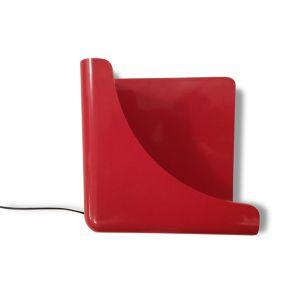 Applique Eléonore Riva, en plastique rouge.