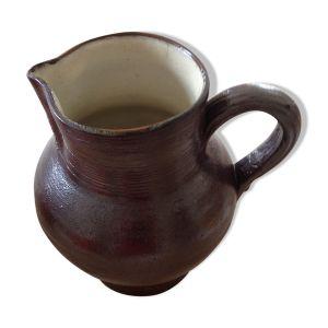 Pichet a eau en grès vernissé de couleur marron foncé