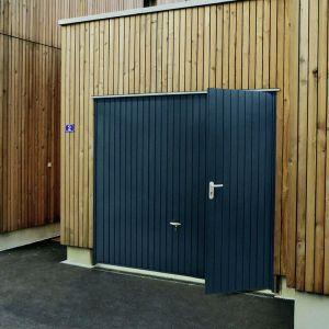 Porte de garage basculante Proaccess blanche avec portillon droit H.200 x l.300